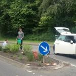 Juli 2015 | Jugendliche bei der Pflege der Verkehrsinsel
