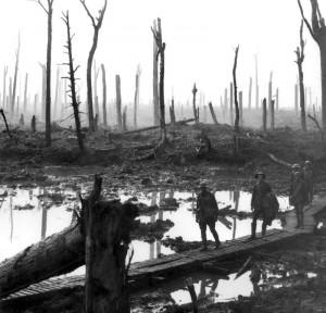 1917 | Soldaten durchqueren ein Waldgebiet Foto: Frank Hurley Quelle: Wikimedia Commons