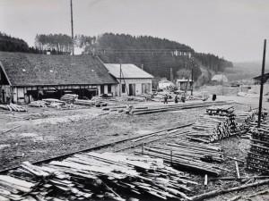 1950er | Sägewerk Sohnius und Behelfsheim  (mit rauchendem Schornstein) für  Evakuierte, Flüchtlinge und Vertriebene  Repro: Wilfried Klein