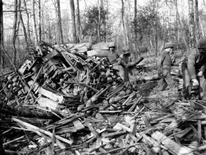 1945 | Amerikanische Soldaten inspizieren einen im Wald zurückgelassenen Haufen von Panzerfäusten Foto: ww2gallery, Bild / CC BY-NC Quelle: flickr