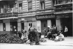 1946 | In allen Bezirken Berlins wurden Presskohlen und Holz an die Bevölkerung verteilt. Mit kleinen Handkarren wurde das wertvolle Brennmaterial heimgeschafft. Foto: Erich O. Krueger Bundesarchiv, Bild 183-1985-0919-500 / CC BY-SA Quelle: Wikimedia Commons