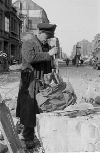 1946 | In den kalten Wintern der Nachkriegszeit ist Brennmaterial knapp. Ein Mann versorgt sich mit Brennholz aus den zerbombten Gebäuderuinen. Foto: Richard Peter Deutsche Fotothek, Bild / CC BY-SA Quelle: Wikimedia Commons