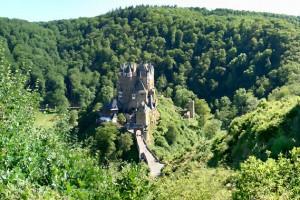 Burg Eltz umschlossen von Wald, Rheinland-Pfalz Foto: Holger Weinandt / CC BY-SA / Ausschnitt Quelle: Wikimedia Commons