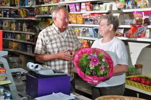Ortsbürgermeister Wilfried Klein verabschiedet die Ladenbesitzerin Gerlinde Holzapfel. Er bedankte sich für die vergangenen Jahrzehnte im Namen der Kunden und auch im Namen der Gemeinde. Foto: Burkhard Schäck