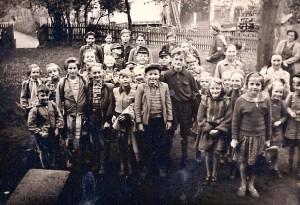 Mitte 1950er Jahre | Schulhof in Seelbach Scan: Ulrich Sohnius